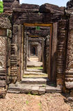 Banteay Prei门道入口和门道入口,被雕刻的石天 免版税库存照片