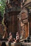 Banteay Srei寺庙门和雕象 免版税库存照片