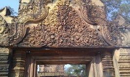 Banteay Srei è conosciuto per la difficoltà delle sue sculture fotografie stock