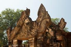 Banteay Srei som snider detaljer av den huvudsakliga dörren Arkivbild