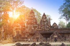 Banteay Srey寺庙破坏在日落的Xth世纪,暹粒,柬埔寨 库存照片