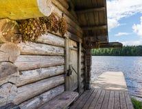 Banya ruso en la orilla del río Fotos de archivo libres de regalías