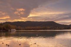 Banyoles sjö i solnedgången Arkivbild