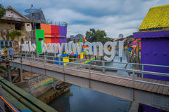 BANYUWANGI, ΙΝΔΟΝΗΣΙΑ: Κανάλι νερού που βλέπει από τη γέφυρα με τα ζωηρόχρωμα σπίτια και στις δύο πλευρές, γοητευτική γειτονιά, ν Στοκ εικόνες με δικαίωμα ελεύθερης χρήσης