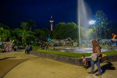 BANYUWANGI, INDONEZJA: Powabny parkowy teren z zieloną roślinnością i popularną wodną fontanną, ludzie cieszyć się, piękny Fotografia Stock