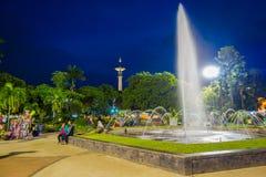 BANYUWANGI, INDONEZJA: Powabny parkowy teren z zieloną roślinnością i popularną wodną fontanną, ludzie cieszyć się, piękny Obrazy Royalty Free