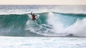 Banzai Pipeline praticante il surfing fotografia stock libera da diritti
