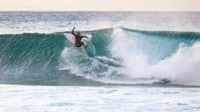 Banzai Pipeline que practica surf fotografía de archivo libre de regalías