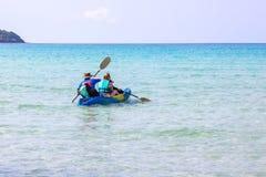 Bao bonito kayaking do golpe do ao da ?rea do mar dos turistas na ilha Trat de Koh Kood, Tail?ndia fotografia de stock