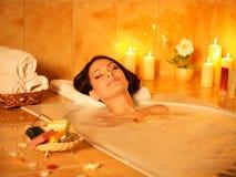 Baño de burbuja de la toma de la mujer. Foto de archivo libre de regalías