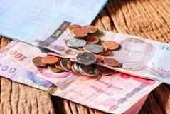 Baño del dinero y libreta de banco de cuenta tailandeses de ahorro Fotografía de archivo libre de regalías