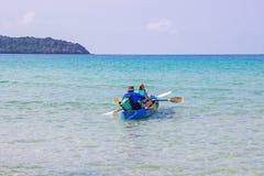 Bao di colpo di ao di area del mare di kayak dei turisti bello all'isola Trat, Tailandia di Koh Kood immagine stock
