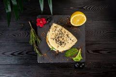 Bao mit Lamm auf einem schwarzen Brett auf einem h?lzernen Hintergrund stockbild