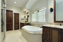 Baño principal con la bañera Imagenes de archivo