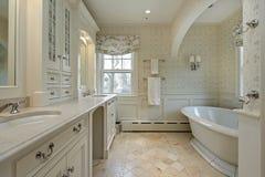 Baño principal en hogar de lujo Imagen de archivo libre de regalías