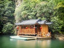 Baofeng湖小船旅行在与云彩和薄雾的一个雨天在武陵源,张家界,湖南,中国, 免版税库存图片