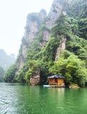 Baofeng湖小船旅行在与云彩和薄雾的一个雨天在武陵源,张家界,湖南,中国, 库存图片