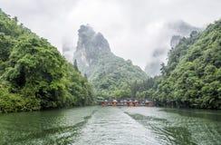 Baofeng tur för sjöfartyg i en regnig dag med moln och mist på Wulingyuan, Zhangjiajie medborgare Forest Park, Hunan landskap, Ki royaltyfria bilder