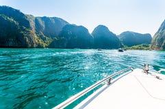 Baot возглавляя к заливу Майя в дне солнечности Стоковое Фото