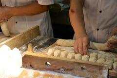 Baozi -手工制造传统中国饺子和馒头面团,在准备 图库摄影