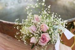 Baptismal chrétien avec un bouquet des fleurs à l'avant Images stock