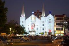 Baptist Church av Immanuel i julbelysningarna i aftonskymningen myanmar yangon Arkivfoto