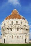 Baptister de Pisa en el cuadrado de Miracoli Imagenes de archivo