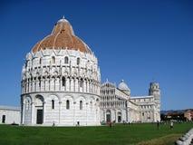 Baptistery de Pisa e torre inclinada imagem de stock