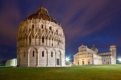 Baptistery, domkyrka av Pisa och lutande torn på natten Royaltyfria Bilder