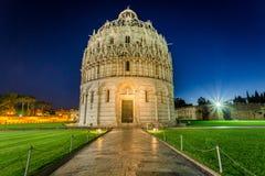Baptistery em Pisa na noite Imagens de Stock Royalty Free