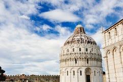 Baptistery i piazzadeien Miracoli, Pisa, Italien arkivbild