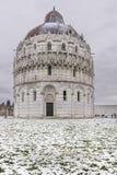 Baptistery piazza dei Miracoli po opadu śniegu, Pisa, Tuscany, Włochy Zdjęcia Stock
