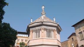 Baptistery van Bergamo in Italië stock videobeelden
