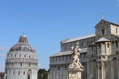 Baptistery van Pisa, Kathedraal en Fontana-dei Putti of Fontein met Engelen Toscanië Italië royalty-vrije stock fotografie