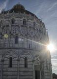 Baptistery von Pisa mit Blendungssonne Stockbild