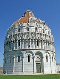Baptistry cerca de la torre famosa de Pisa en plaza Imagen de archivo
