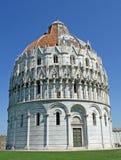 Baptistry nahe dem berühmten Kontrollturm von Pisa im Marktplatz Stockbild