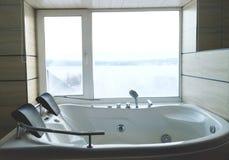 Baquet chaud dans la chambre d'hôtel Belle vue, relaxation et relaxation Photo par la réflexion du miroir photo stock