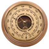 Barómetro aneroide amarillo-marrón viejo en cuerpo de madera en un blanco Foto de archivo