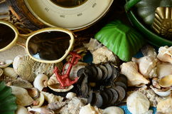 Barómetro del vintage, red barredera de haz, gafas de sol y juguetes retros de la playa Verano del vintage Imagenes de archivo