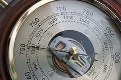 Barómetro que indica la reducción de la presión atmosférica Imágenes de archivo libres de regalías