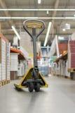 barłóg dźwigarka w budynku sklepie Ręczna barłóg dźwigarka w supermarkecie obraz royalty free