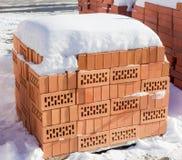 Barłogi dziurkowate czerwone cegły na plenerowym magazynie Zdjęcie Royalty Free