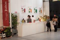Bar à jus de fruit au festival de yoga à Milan, Italie Photo stock