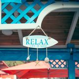 Bar auf dem Strand, der mit Muscheln verziert wird und Aufschrift entspannen sich, die adriatische Küste stockfotos