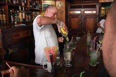 Bar begeleidende het dienen mojito bij La bodeguita del medio Royalty-vrije Stock Fotografie