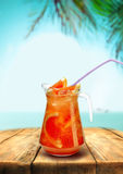 Bar da barra da praia da limonada, bebida vermelha da toranja com Foto de Stock