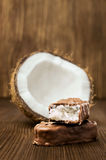 Bar de chocolat avec le remplissage de noix de coco Images libres de droits
