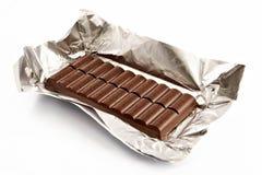 Bar de chocolat dans l'emballage ouvert d'isolement Image libre de droits