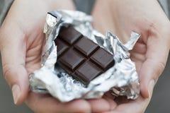 Bar de chocolat dans le clinquant argenté Images stock